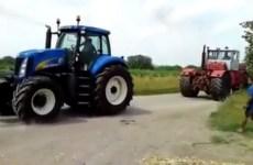 Duel entre vieux tracteur russe et un New Holland nouvelle génération
