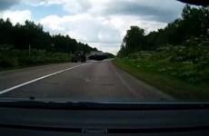 ce tracteur fait faire un salto à une voiture