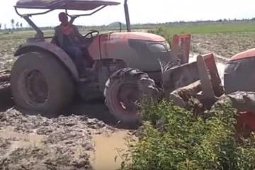 faire joujou avec son tracteur dans la boue