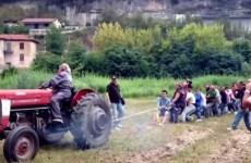 tire a la corde contre un tracteur