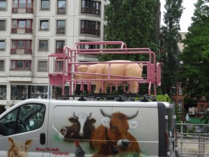 This plastic pig in a cage on top of a van also brought a smile to our faces. Not sure what this is all about :)