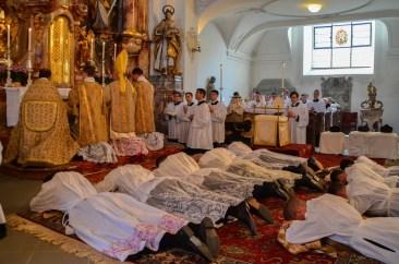 Moljenje litanija Svih Svetih.