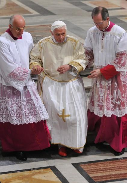 Papa Benedikt XVI. nosi gremiale (pregaču)