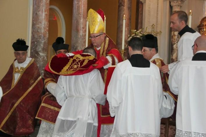 """""""Primi svećeničku odjeću, koja predstavlja ljubav, jer je moćan Gospodin, koji umnaža u tebi ljubav i djelo savršeno."""""""