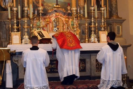 Ljubljenje oltara