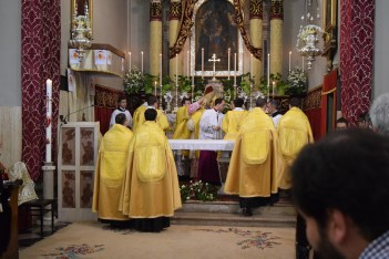 Biskup odlazi do oltara, skida se mitra.