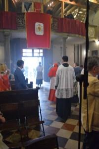 Kardinal Burke napušta crkvu u procesiji.