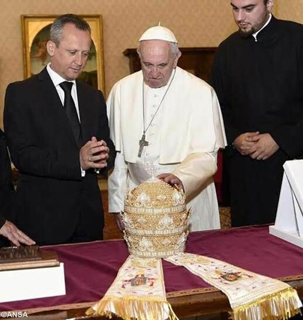 Francis recibe tiara 1
