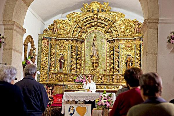Las mujeres dicen misa en Portugal -1