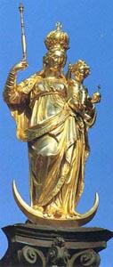 Una estatua de oro de Nuestra Señora sosteniendo al Niño Jesús