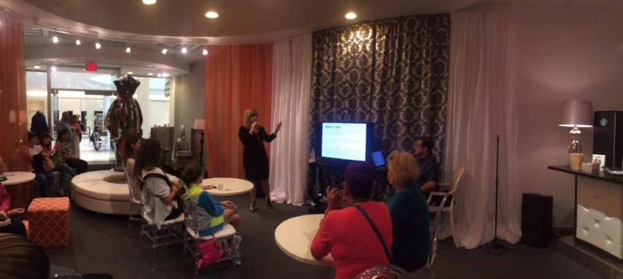 Lisa Thon ofreciendo una conferencia en el Mastercard VIP Lounge en Plaza del Caribe en Ponce