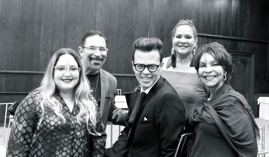 En el centro: Sócrates McKinney, Fundador de Dominicana Moda. De izquierda a derecha: Lourdes Nicolle Martínez (TRAFFIC-CHIC0; Arnaldo Rivera Braña (Mírame Siempre); María María (Ellas y tus Noches); Lilianl Reyes, (Directora Oficina de ministerio de Turismo de la República Dominicana en Puerto Rico). Foto por Michael Ferrer para TRAFFIC-CHIC.