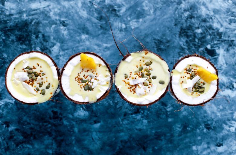 Piña colada servida en coco