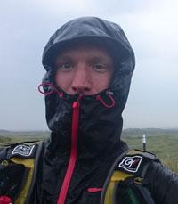 Aske Christensen på en regnvejrsdag i Thy. Hætten er trukket helt op under næsen.