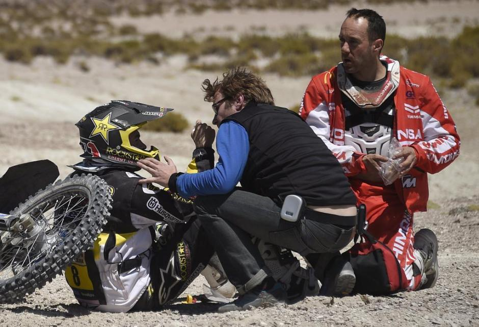 Husqvarna rider Ruben Faria of Portugal receives medical attention as KTM rider Gerard Farres Guell (R) of Spain approaches him after a fall during the sixth stage in the Dakar Rally 2016 near Uyuni, Bolivia, January 8, 2016. REUTERS/Frank Fife/Pool