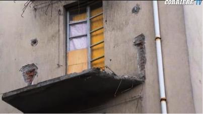 Balcone crollato in via Lorenteggio 181. Immagini tratte da Corriere.tv.