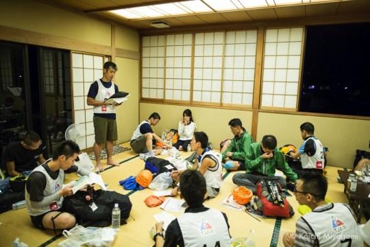 変更されたコースについて説明を受けるスタート前のランナー。Photo by Koichi Miyagami