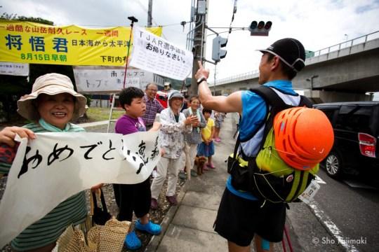 最終盤の静岡市街に入り、地元の皆さんの声援に迎えられる望月将悟。Photo by Sho Fujimaki.