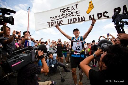 大浜公園にフィニッシュした望月将悟。3回目のトランスジャパンアルプスレース優勝。Photo by Sho Fujimaki.