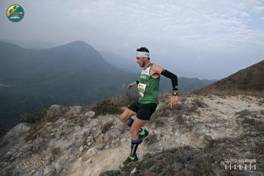 ランナーの間ではテクニカルだという話が聞かれたSai Kung 50のコースを疾走するマルコ・デ・ガスペリ/Marco De Gasperi。Photo courtesy of Lloyd Belcher Visuals