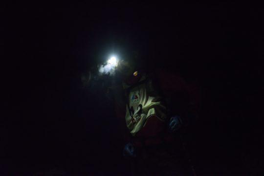 午前3時、真夜中の南アルプスを進む原一平。百間洞付近にて。Photo by © 後藤武久 Takehisa Goto