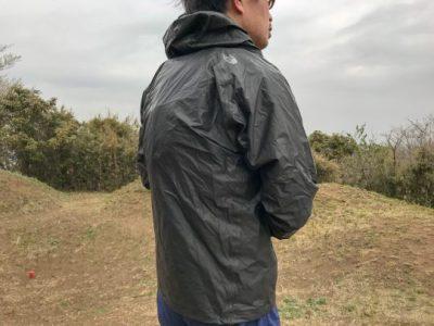 HYPERAIR GTX Hoodieはバックパックの上から着ることが想定されている。TR6を着けた上からHYPERAIR GTX Hoodieを着ている。