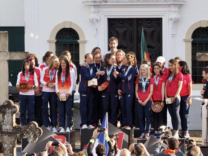 女子団体、左から銀のスペイン、金のフランス、銅のルーマニア。