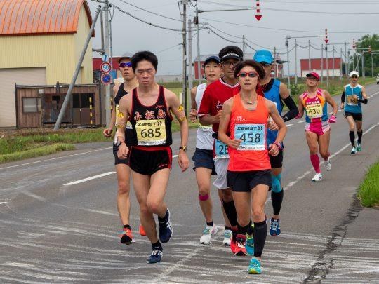 芭露(38.5km地点付近)での藤澤舞(手前右)、楠瀬祐子(背後中央)。