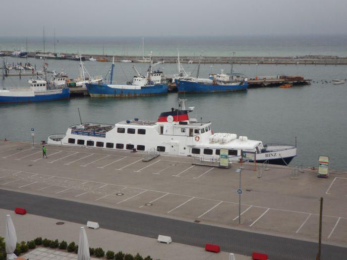 Stadthafen mit Ausflugsschiff