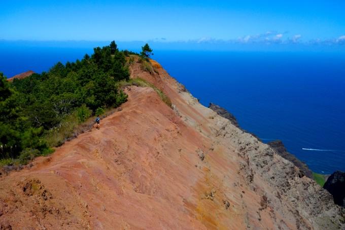 ハワイカウアイ島ヌアロロトレイルトレッキング赤土の断崖を駆け抜ける