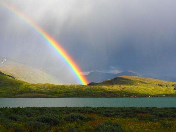 やがて向こう側はシャワーとなり、鮮やかな虹がかかる
