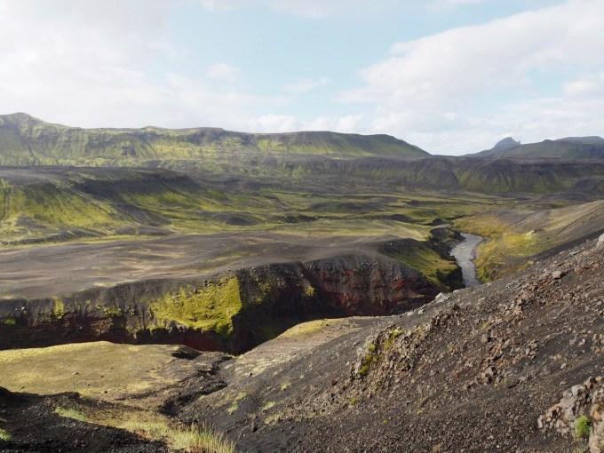 大地が割れたような渓谷が見えてくる
