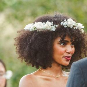 coiffure mariage cheveux frisés