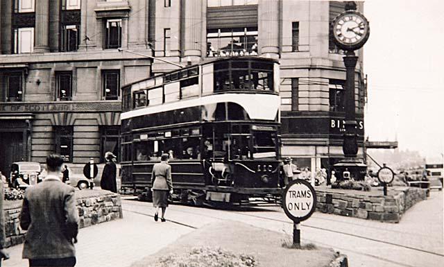 0_edinburgh_transport_trams_west_end_of_princes_street_rb_par.jpg