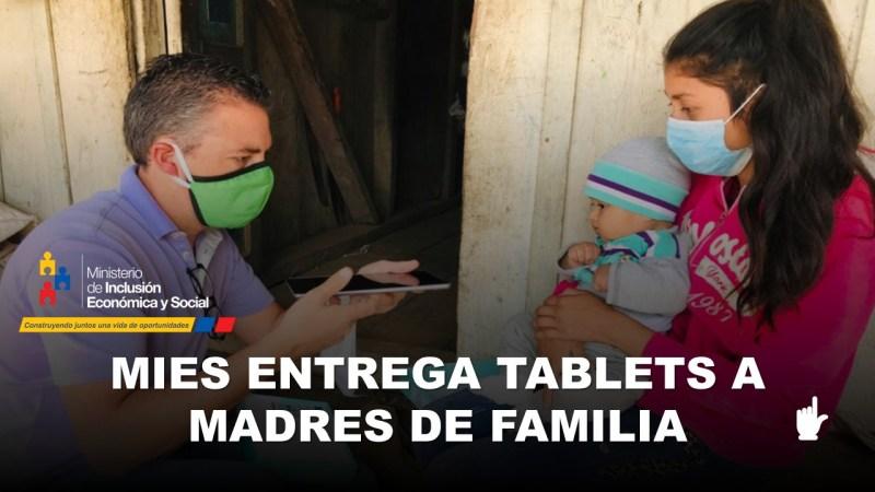 MIES entrega tablets a madres de familia