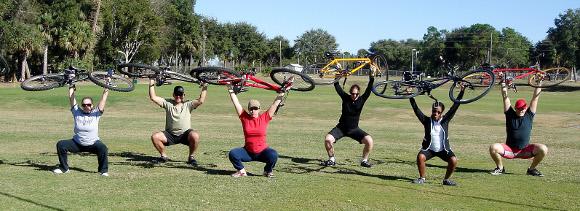 6 personer utför ryckböj med sina cyklar