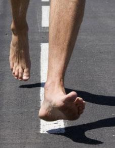 Helt barfota på asfalt