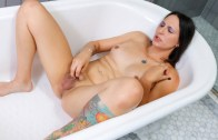 Grooby Girls – Kallie Koxxx Gets Wet!