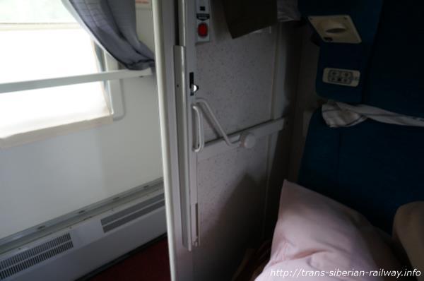 シベリア鉄道ベッドの開閉式ハシゴ画像