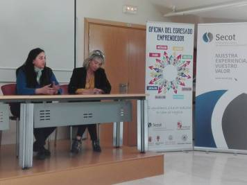 """Violeta Martín presentando su empresa """"Aula Gastronómica 'Uvas en Abril'"""" y Rosa Chacón (AZME)"""
