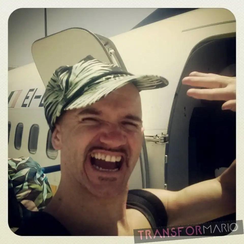 Actor subiendo a avión