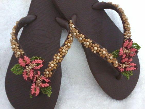 Chinelos decorados com pedrarias