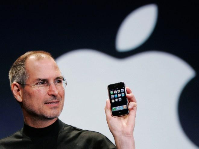 O adevărată revoluţie în domeniul telefoanelor mobile s-a produs în anul 2007,   odată cu lansarea primului iPhone,   de către americanii de la Apple,   conduşi de celebrul Steve Jobs. Evenimentul de lansare a fost cel mai mediatizat din istoria telefoanelor mobile.