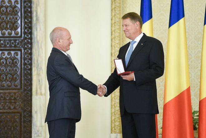 Profesorul Mircea Bertea,   alături de președintele Klaus Iohannis/Foto: Arhiva personală