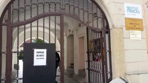 Biroul de vot funcționează în incinta Institutului Cultural Francez | Foto: Bogdan Stanciu