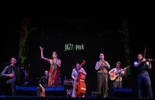 """Barcelona Gipsy balKan Orchestra a deschis festivalul Jazz in the Park cu un show de excepție: """"Pe muzica noastră se dansează"""". Iar clujenii s-au conformat!"""