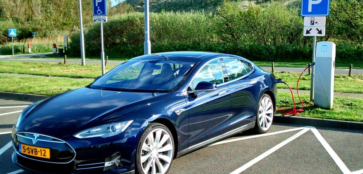 Dette bildet viser en Tesla S som lader