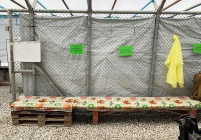 Venteværelset på Moria. I vinter jobbet artikkelforfatteren 10 dager som lege ved denne leiren. Forholdene er kummerlige, og det medisinske hjelpeapparatet har ikke utstyr eller midler til å gi den hjelpen som behøves til familier og barn som bor i Moria. Foto: Hanne Heszlein-Lossius