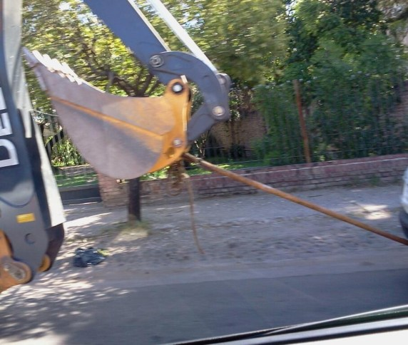 Pala mecánica remolcando precariamente un utilitario (Foto: @lazcano)