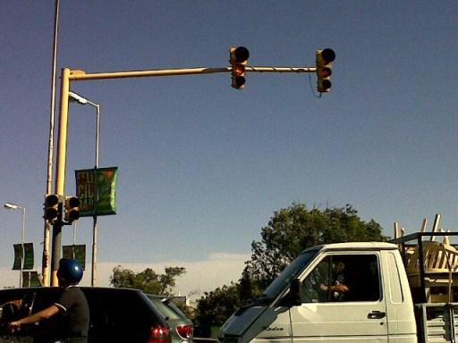 Semáforos OFF en Puente Tablada y Costanera.